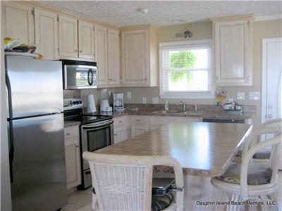 Fully-equipped kitchen with convenient island