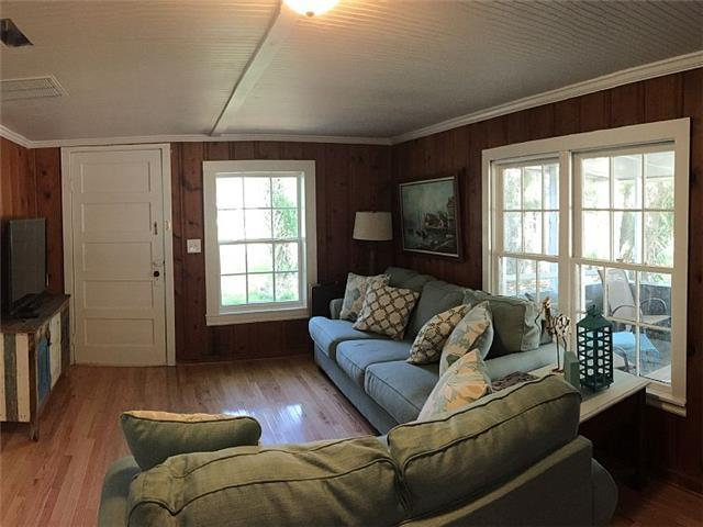 Cozy Corner 3 BR sleeps 6 walking distance to beach and Center Street!