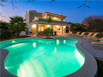 Villa Debora - Contemporary 4 bedroom villa - Close to many amenities. Great Pool!