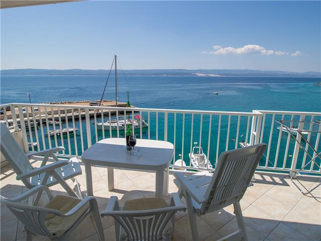 Top location with sea view - few steps to the beach - top floor