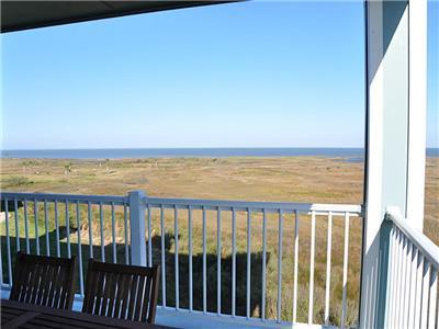 Fabulous Bay Views!! Book Now For Summer Fun at Island Getaway!