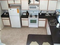 Kitchen with lots of space and fully equipped.