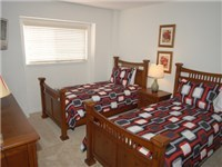 Twin Bedroom / Two Twin Beds