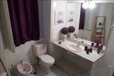 Bathroom 5 (bathtub with shower)
