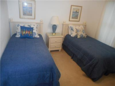 2nd Guest bedroom with twin beds