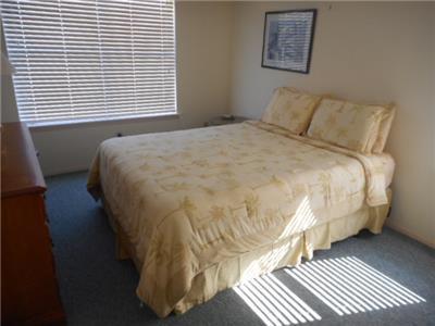 Queen bed - Guest room