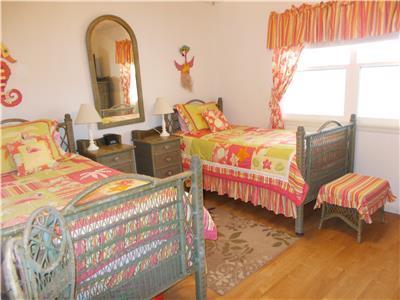 Guest bedroom 2 twin beds