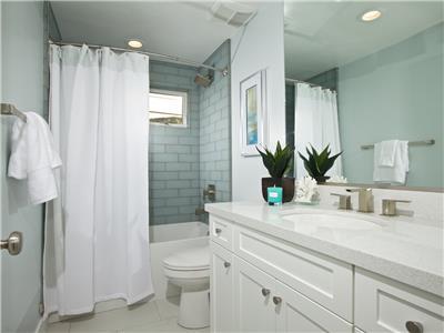 Upper: Bathroom with tub/shower