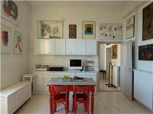 Large and fully equipped Eat-in kitchen