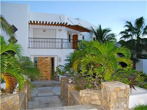 The front yard of Villa La Laguna