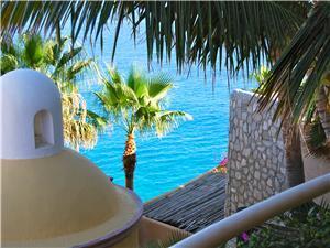 Villa overlooks the beautiful Pacific Ocean