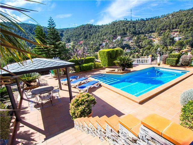 Beautiful mountain villa in Torrelles with a large private pool, 15km from Barcelona!