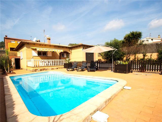 Three-bedroom villa in Mas Borras with a private pool, just 5 minutes from the beach