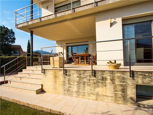 Villa en tarragona alcover con primeros auxilios for Piscina alcover
