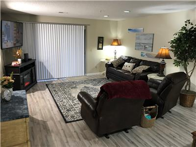 Rose's Spacious and Cozy Condo, 2 Pools, WIFI, Hot Tub, Sauna, ( Foothills D-4)