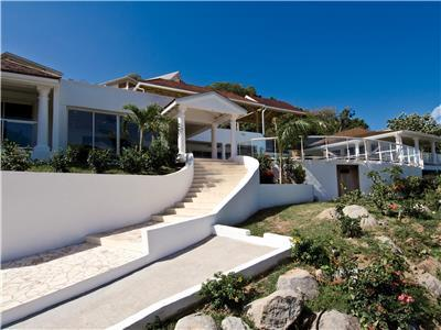 A luxurious 5 bedroom villa at walking distance from beach