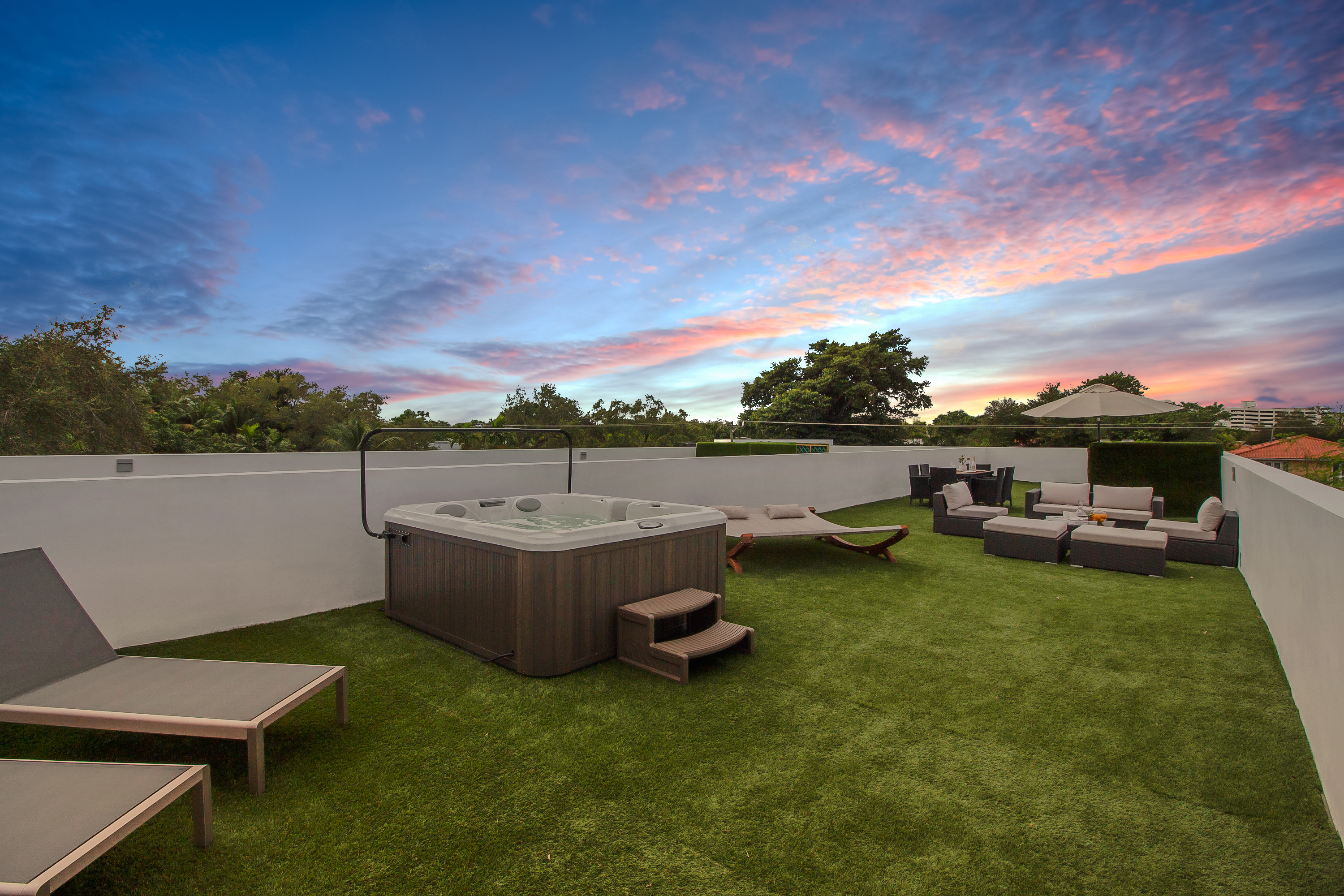 STUNNING MODERN HOME WITH ROOFTOP JACUZZI AND INFI